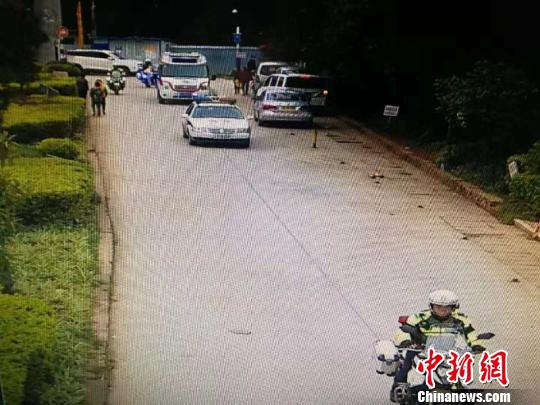 """3岁儿童坠楼 民警为救护车开道上演""""生死时速"""""""