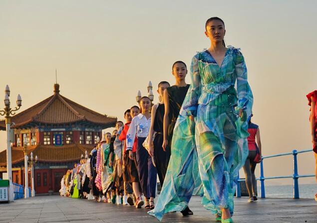 青岛栈桥迎来首次时尚大片拍摄 百年名胜与国际毕业生影色对话