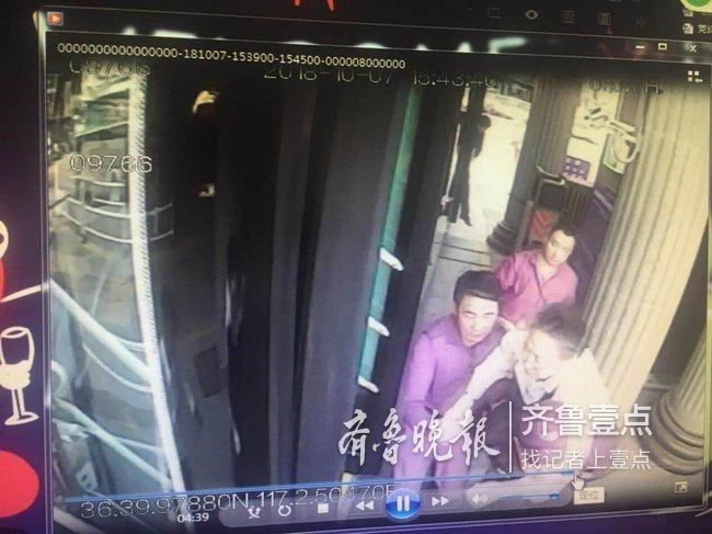 """乘客突犯心脏病,济南101路公交车变身""""救护车"""""""