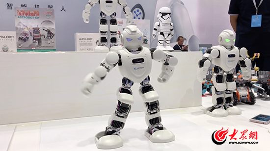 """速来围观文博会""""舞王""""!机器人现场跳起""""霹雳舞"""""""