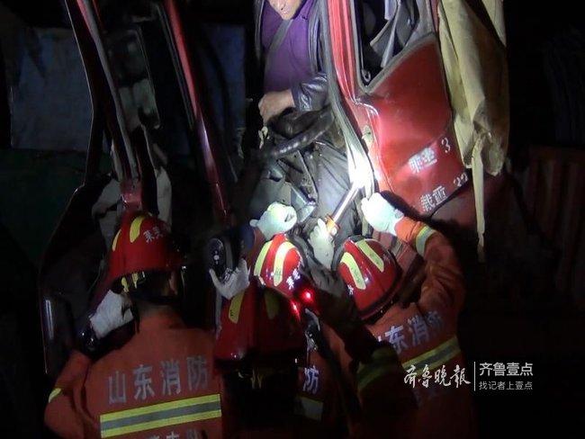 两货车追尾司机被困驾驶室,莱芜消防员拆车营救