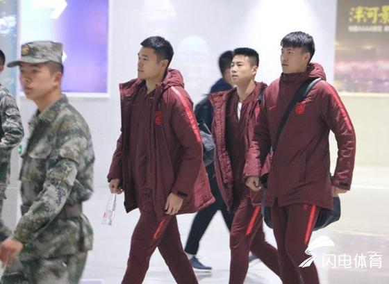 国足训练营抵达泰安军训 驻泰部队两辆大巴车接站