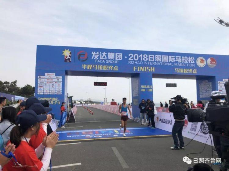 2018日照国际马拉松在日照市鸣枪开跑