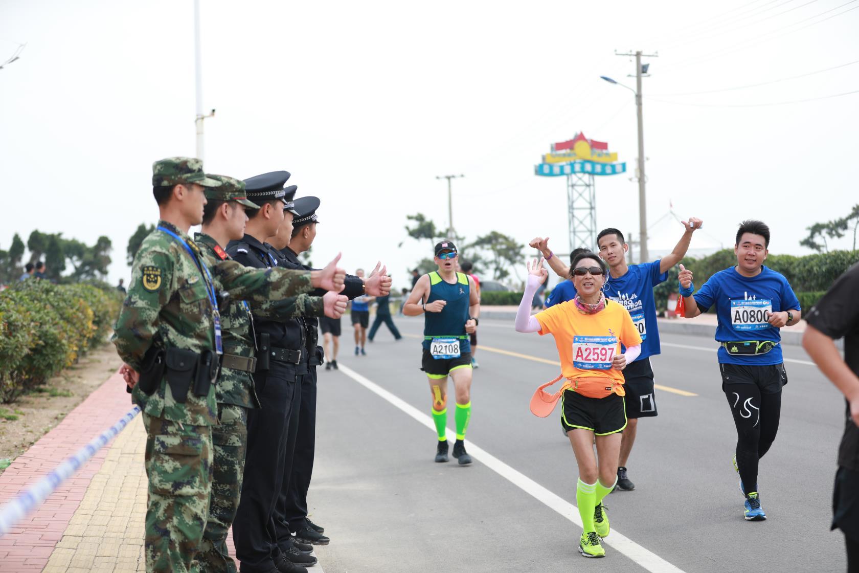 日照山海天公安分局助力2018日照国际马拉松顺利完赛