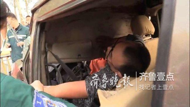 一车辆行驶中突然爆胎,滨州消防破拆救出俩被困人员