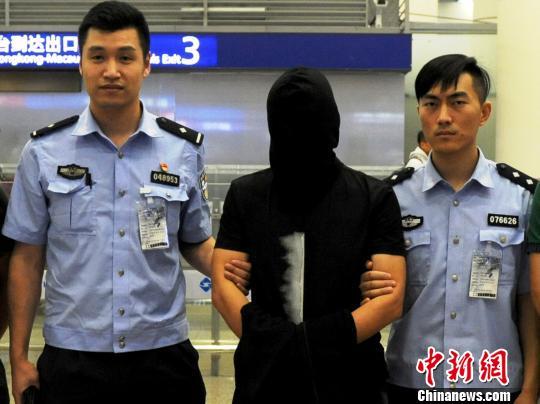 """上海警方将""""卓寿金融""""实际控制人裴某押解回沪"""
