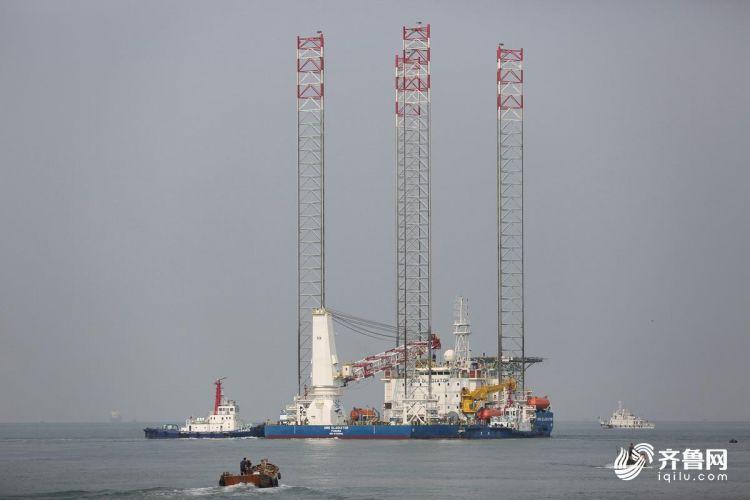 10月15日,多功能自升式海工平台缓缓驶离码头,前往阿联酋。(张进刚  摄7)13854260100.JPG