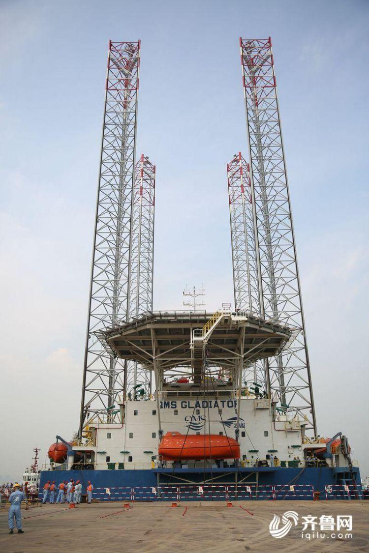 10月15日,多功能自升式海工平台即将驶离码头,前往阿联酋。(张进刚  摄5)联系电话13854260100.JPG
