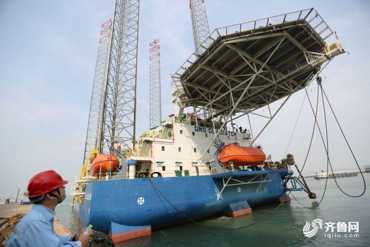 10月15日,多功能自升式海工平台缓缓驶离码头,前往阿联酋。(张进刚  摄1)13854260100.JPG