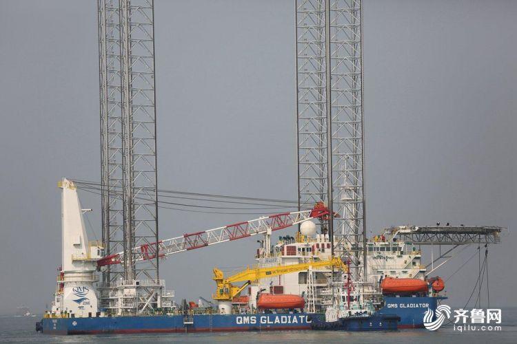 10月15日,多功能自升式海工平台缓缓驶离码头,前往阿联酋。(张进刚  摄5)13854260100.JPG