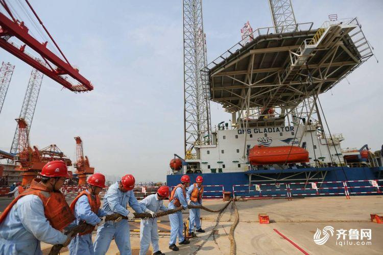 10月15日,青岛海西重机有限责任公司的工人在做启运前的准备工作。(张进刚  摄) 13854260100.JPG