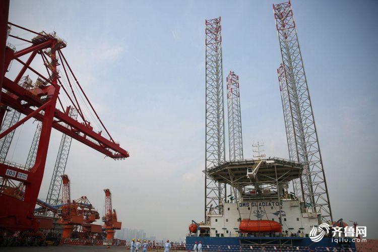 10月15日,多功能自升式海工平台即将驶离码头,前往阿联酋。(张进刚  摄3)联系电话13854260100.JPG