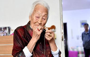 济南102岁老人不戴老花镜能穿针引线 哼民谣