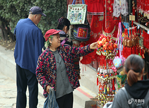 重阳节临近 众多老年游客登泰山