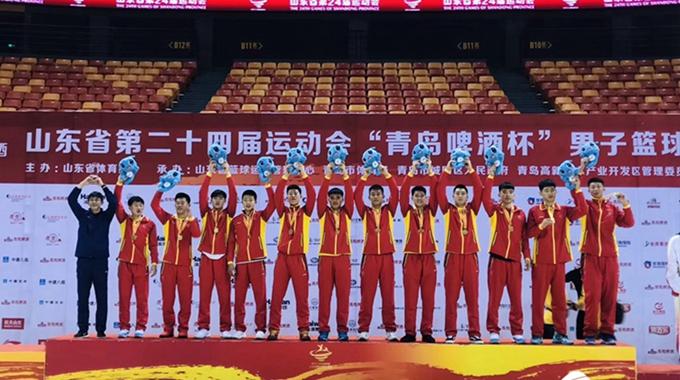 省运会篮球赛事落幕 青岛夺冠主帅王刚被媒体围住
