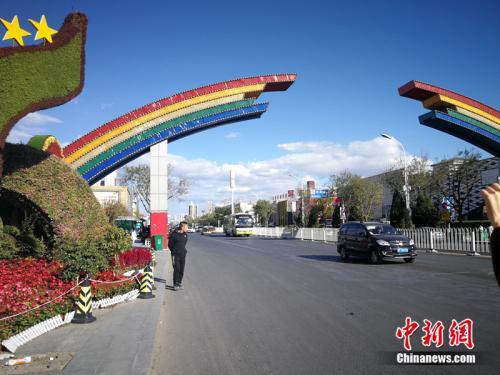 彩虹门是燕郊售楼一条街的标志。<a target='_blank' href='http://www.chinanews.com/' >中新网</a>记者 邱宇 摄