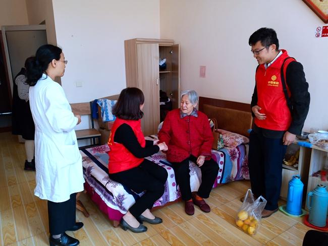 """日照移动公司开展""""爱在重阳""""关爱老人志愿活动"""