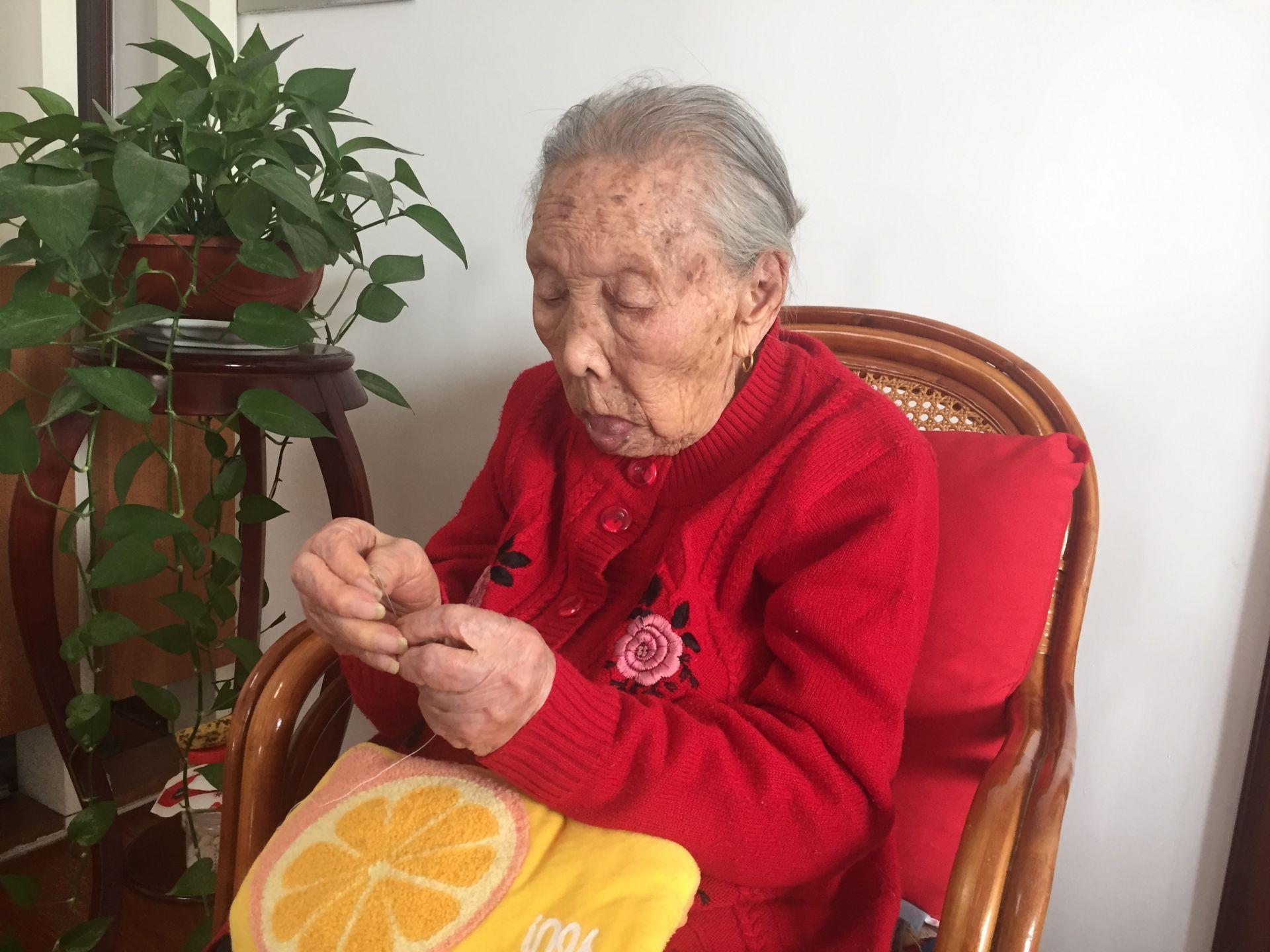 济宁107岁老人能穿针引线