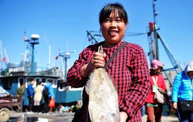 晒·秋 | 青岛金秋海鲜大丰收 市民渔船旁抢购
