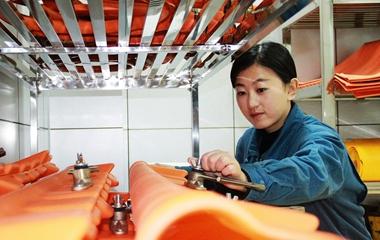 威海美女硕士当电工 手握万伏高压攀爬电线杆