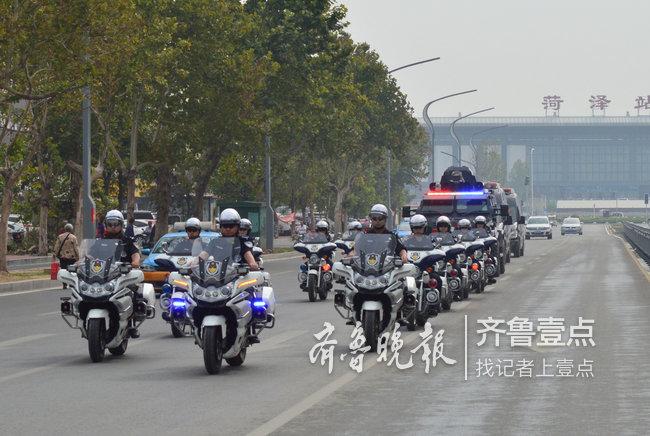 菏泽开发区民警在辖区重点路段开展街面巡逻