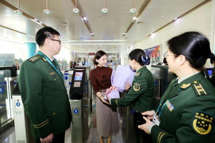 济南边检站年验放出入境旅客首次突破百万人次