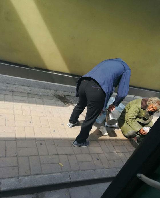 趁靠站停车的工夫为拾荒老人倒热水