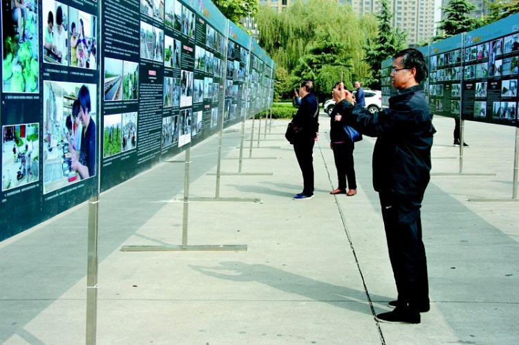 2018菏泽脱贫攻坚影像征集摄影展在中国林展馆开幕