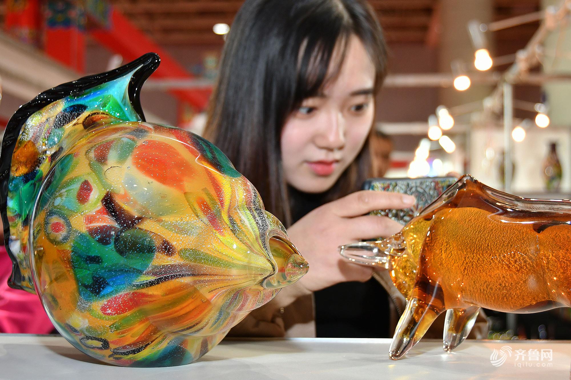 2018中百姓间工艺品展览会在烟台开幕 展品涵盖上百种艺术门类
