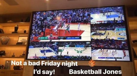 看个球!詹姆斯在家同时观看六场NBA比赛