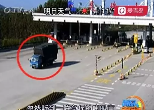 惊魂一幕!大货车撞飞青岛一收费站栏杆,继续狂奔5公里(图)