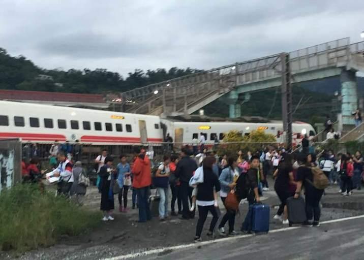 台湾一列车脱轨侧翻 已致3死30余伤