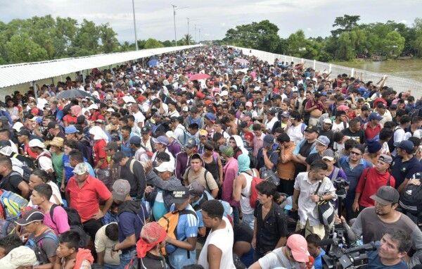 数千名洪都拉斯移民挤在墨危边境 跨国大桥爆发冲突
