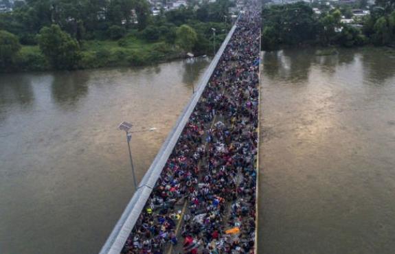 5000多移民逼近美国誓死也要入境 特朗普急了(图)
