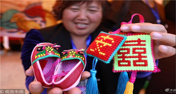 威海:巾帼民俗旅游产品集中亮相 市民热情爆棚