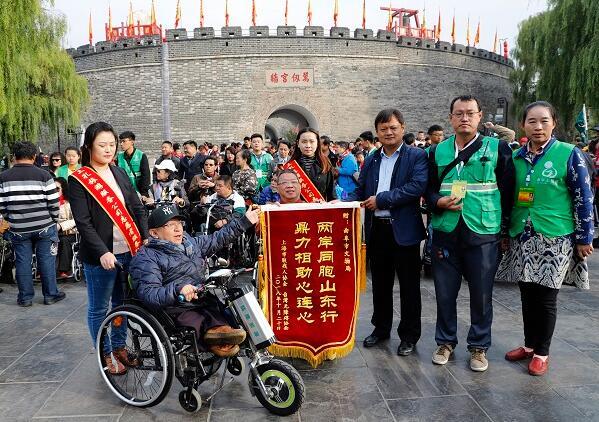 台沪40名残疾人近距离感受圣人风采