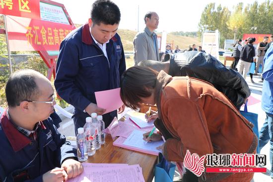 临沂—济南扶贫招聘会举办 达成就业意向225人次