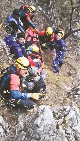 为救坠崖驴友 警方启用直升机