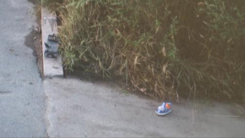 行驶途中前轮爆胎 轿车撞到路边行人
