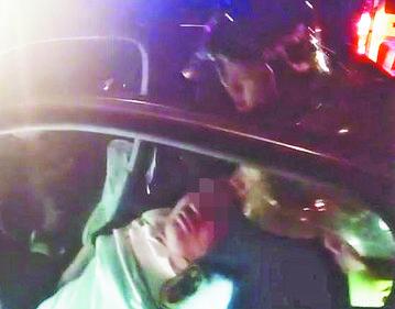 桓台:轿车撞上花坛侧翻 司机昏迷被困获救