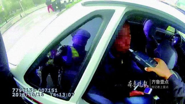 没想到吧?他协商不成自己报警:我酒驾撞车,来处理