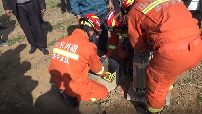 老人因家庭矛盾跳井轻生 消防员紧急救援
