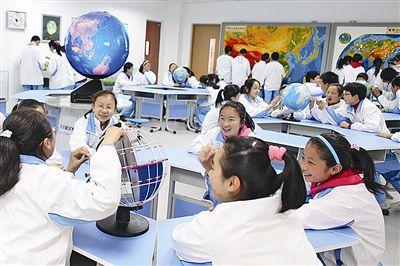 """青岛""""学有优教""""日益成为现实 学生在多媒体星球地理教室开展探究学习"""