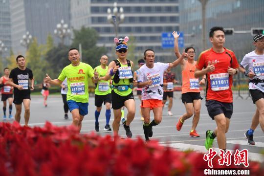 2018成都国际马拉松鸣枪开跑 2.8万名跑友参与