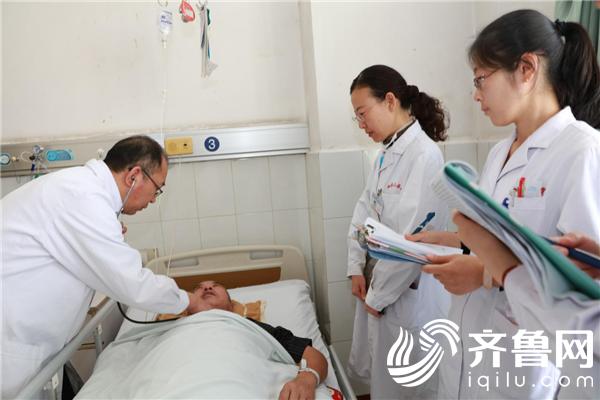 烟台山医院神经内一科于群涛主任为患者细致诊查病情