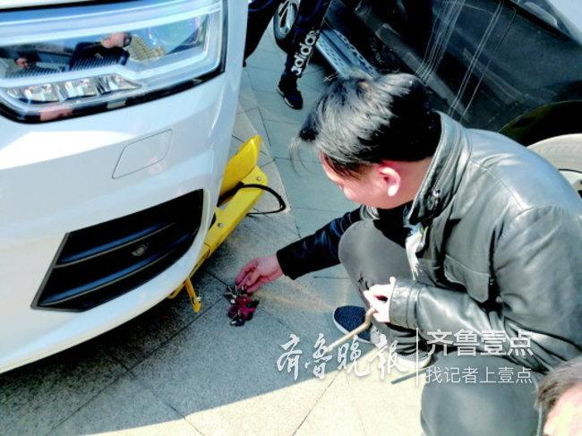 因占车位?济南市民着急送人去医院却发现车被锁了…