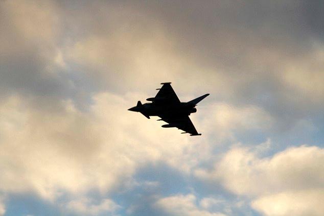 """俄轰炸机逼近英领空 英军2架""""台风""""战机紧急拦截"""