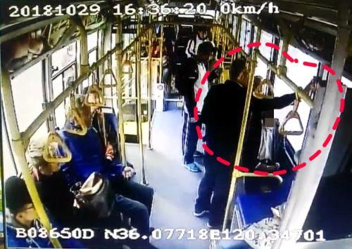 毁坏公物、殴打司机、挥拳警察 这名醉酒老人大闹公交