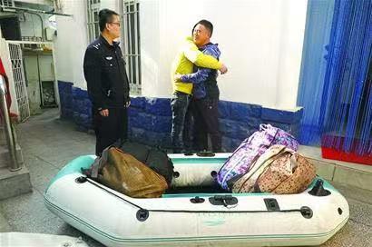 淄博小伙购充气筏来青出海探险被困 已被救援人员救回