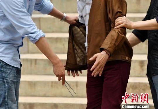 """自贡民警坚守街面反扒30余年 成扒手""""克星"""""""